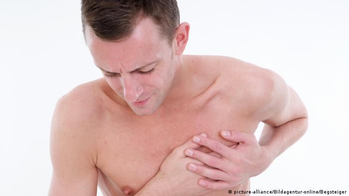 Young man with chest pain (photo-alliance / Bildagentur-online / Begsteiger)