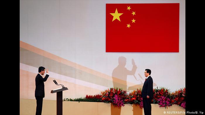 Leung Chun-ying presta juramento observado por Hu Jintao