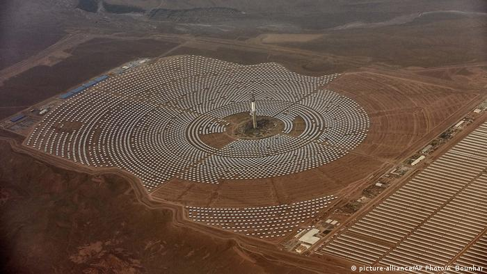 Marokko Solarkraftwerk (picture-alliance/AP Photo/A. Bounhar)