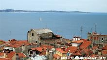 ARCHIV - Blick auf die Bucht vom slowenischen Piran aus, dessen Häuser im Vordergrund zu sehen sind. Hinten ist die kroatische Küste der Halbinsel Istrien zu erkennen.(Archivfoto vom April 2006). (zu dpa «Kroatien wird Urteil im Grenzstreit mit Slowenien nicht beachten» vom 23.06.2016) Foto: Thomas Brey/dpa +++(c) dpa - Bildfunk+++   Verwendung weltweit