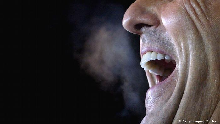 Пар, идущий изо рта мужчины при дыхании