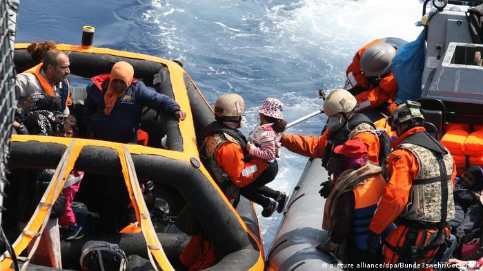 Flüchtlinge im Mittelmeer gerettet (picture alliance/dpa/Bunde3swehr/Gotschalk)