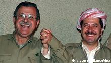 Demonstrative Einigkeit herrschte am 23. Mai 1992 zwischen dem Chef der Demokratischen Partei Kurdistans (DPK), Massud Barsani (rechts), und dem Chef der Patriotischen Union Kurdistans (PUK), Dschalal Talabani, in der Kurdenhochburg Erbil im Norden Iraks. Irakische Panzerverbände haben am 31.8.1996 Erbil angegriffen - nach Angaben des stellvertretenden irakischen Regierungschefs Asis, weil DPK-Chef Barsani um Hilfe gegen die rivalisierende PUK gebeten habe. Die Situation in Erbil hat sich am 1.9. offenbar beruhigt, dagegen soll jetzt nach einem Bericht von BBC die Stadt Sulaimanijah unter Artilleriefeuer geraten sein. Die USA haben ihre Truppen am Golf in Alarmbereitschaft versetzt. |