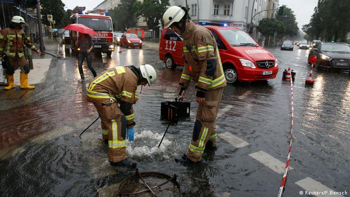 Берлінські пожежники відкачують воду