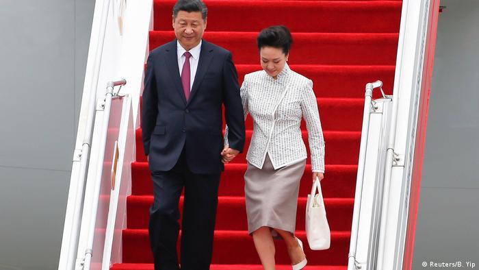 China Präsident Xi Jinping und seine Frau Peng Liyuan kommen am Flughafen in Hongkong an (Reuters/B. Yip)