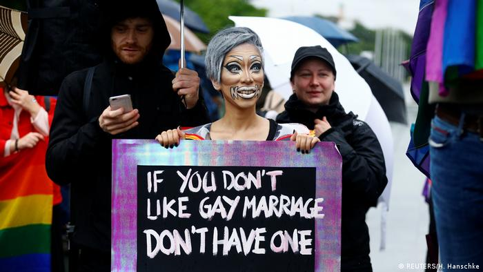 I pred Bundestagom se ovog petka 30.6. okupilo mnogo zagovornika, na primjer i sa natpisom ako vam se ne dopada istospolni brak, nemojte ga sklapati - ali pustite druge na miru