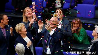 Депутаты бундестага празднуют введение в Германии брак для всех
