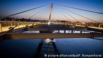 Frankreich Straßburg Fußgängerbrücke zwischen Deutschland und Frankreich (picture-alliance/dpa/F. Rumpenhorst)