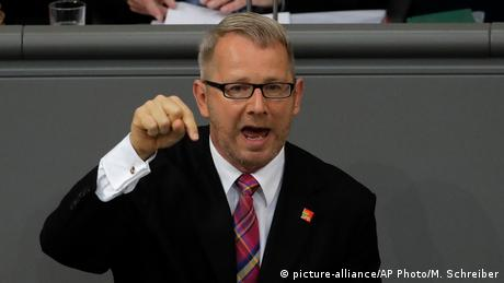 SPD parliamentarian Johannes Kahrs gesticulating with his right hand during his angry speech in parliament (picture-alliance/AP Photo/M. Schreiber)