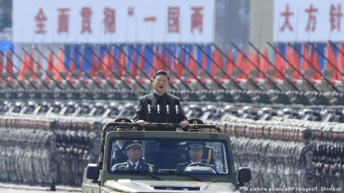 China Xi Jinping nimmt Militärparade in Hongkong ab (picture-alliance/AP Images/Y. Shimbun)