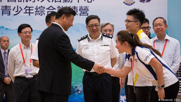 China Xi Jinping besucht die Polizei in Hongkong (Reuters/J. Chin)