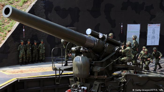Taiwan Soldaten bedienen eine US Haubitze