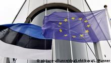 Eine estnische (l) und die EU-Flagge wegen am 30.06.2017 in Tallinn (Estland) im Wind. Estland übernimmt am 01.07.2017 zum ersten Mal denalle sechs Monate wechselnden EU-Ratvorsitz. Foto: Linda Manner/Lehtikuva/dpa +++(c) dpa - Bildfunk+++ |