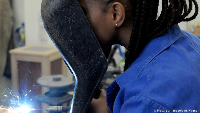Mlada žena sa strojem za zavarivanje