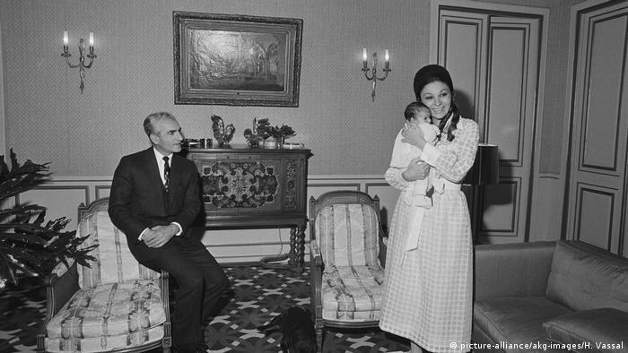 Iran   Schah Mohammed Resa Pahlewi und Farah Diba mit der kleinen Prinzessin Leila / Foto 1970 (picture-alliance/akg-images/H. Vassal)