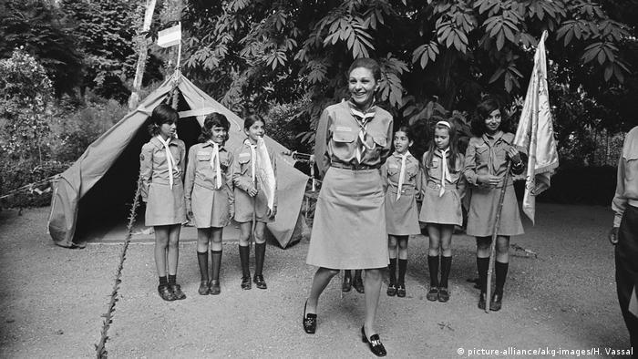 İran'da kadınlar Şah Muhammed Rıza Pehlevi'nin 1963 yılında yaptığı Beyaz Devrim sonucunda ilk defa seçme ve seçilme hakkına sahip oldu ve İsviçre'den çok daha önce Meclise 6 milletvekili sokabildi. 1979'daki İran Devrimi'nden sonra ise kadın hakları mücadelesi büyük bir darbe aldı ve kadınlar her alanda büyük kısıtlamalarla karşılaştı.