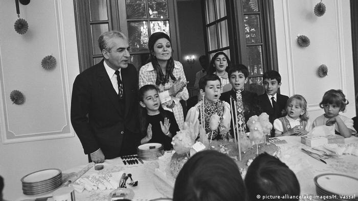 Iran | Schah Mohammed Resa Pahlewi, Familienfeier / Foto 1970 (picture-alliance/akg-images/H. Vassal)