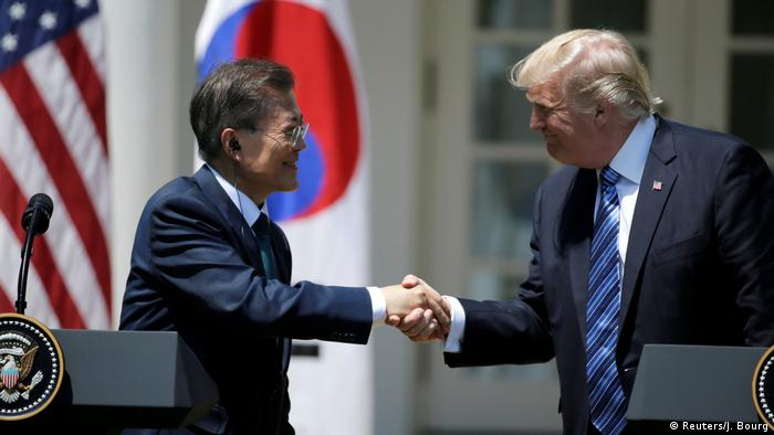 USA Südkorea Donald Trump und Moon Jae-in (Reuters/J. Bourg)