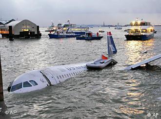 Das notgewasserte Flugzeug. Quelle: ap