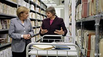 Ангела Меркель и Марианне Биртлер в здании архива в Берлине
