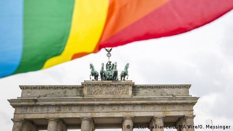 Deutschland Regenbogenfahne vor dem Brandenburger Tor in Berlin
