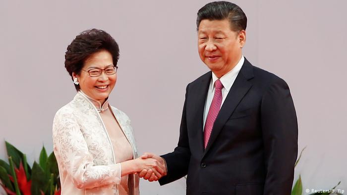China Carrie Lam und Präsident Xi Jinping in Hongkong (Reuters/B. Yip)