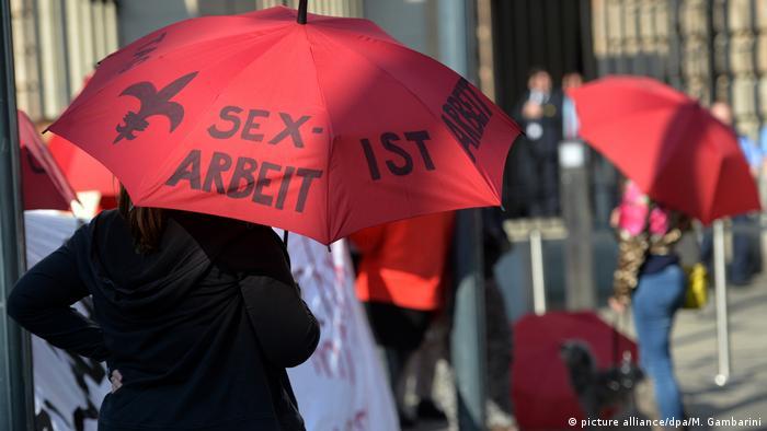 Profissionais do sexo protestam contra excesso de burocracia da nova lei em Berlim, em 2016