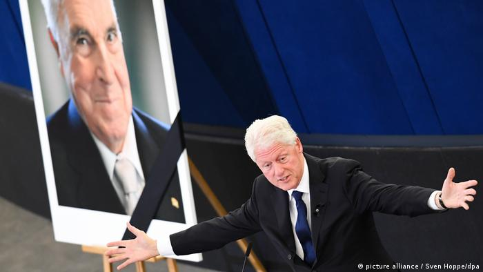 Bill Clinton speaking at the ceremony (picture alliance / Sven Hoppe/dpa)