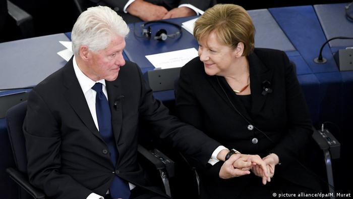 Angela Merkel holding Bill Clinton's hand (picture alliance/dpa/M. Murat)