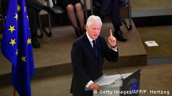 Билл Клинтон выступает со словами прощания с Гельмутом Колем