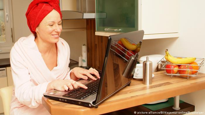 Жінка працює дома за комп'ютером