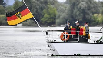 Boat on the Rhine carrying Kohl's coffin (picture-alliance/AP Photo/A. Arnold)