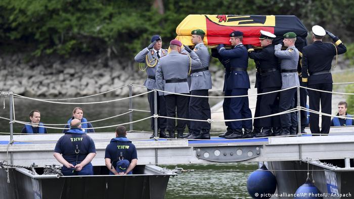 Ludwigshafen Überführung des Sarges von Helmut Kohl nach Speyer (picture-alliance/AP Photo/U. Anspach)