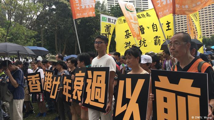 Demonstration am 01.07. in Hongkong anlässlich der Feierlichkeiten zum 20. Jahrestag der Rückgabe der ehemaligen britischen Kronkolonie an China (DW/V. Wong )