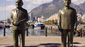 Südafrika Land und Leute Kapstadt Hafen Denkmal Desmond Tutu