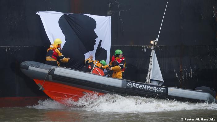 Deutschland Hamburg - Greenpeace Aktivisten befestigen Merkel-Banner an Kohleschiff (Reuters/H. Hanschke)