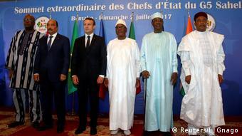 De gauche à droite : Roch Marc Christian Kabore, Mohamed Ould Abdel Aziz, Emmanuel Macron, Ibrahim Boubacar Keita, Idriss Deby et Mahamadou Issoufou