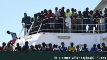 Migrants on boat in Italy (picture-alliance/dpa/C. Fusco)