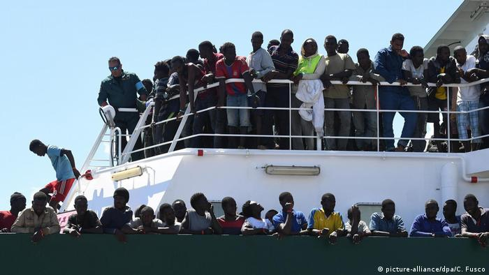 Migranten in Italien (picture-alliance/dpa/C. Fusco)