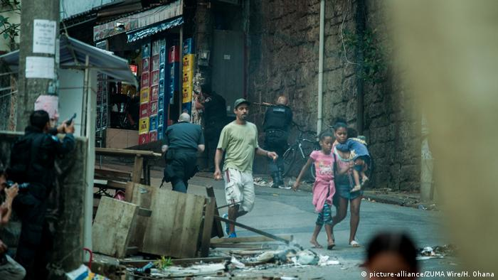 Brazilian police forces enter the favela Pavao Pavaozinho located in Copacabana (picture-alliance/ZUMA Wire/H. Ohana)