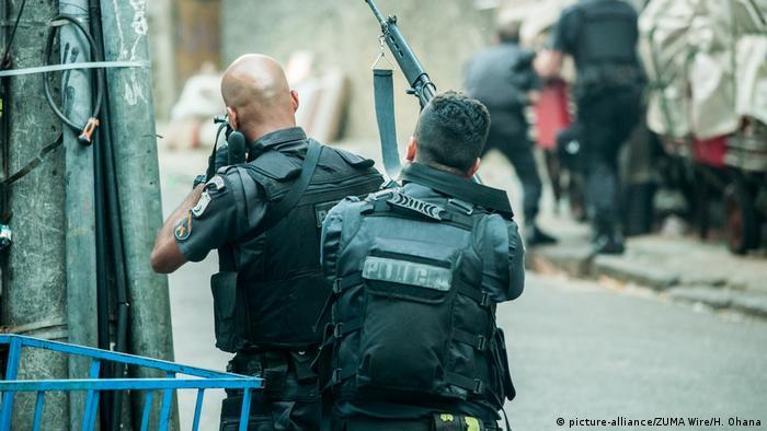 Policiais em operação no Rio de Janeiro: candidato promete levar adiante licença para matar