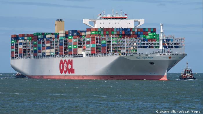Deutschland Containerschiff OOCL Hong Kong in Wilhelmshaven (picture-alliance/dpa/I. Wagner)