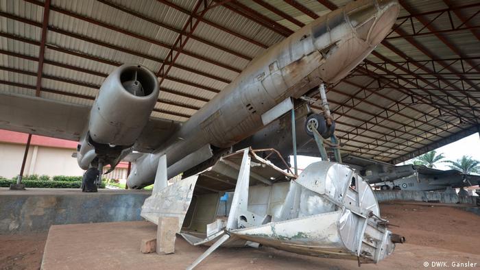 Ein rostendes Flugzeug sowie Metallteile in einer Freilufthalle (Foto: DW/K. Gänsler)