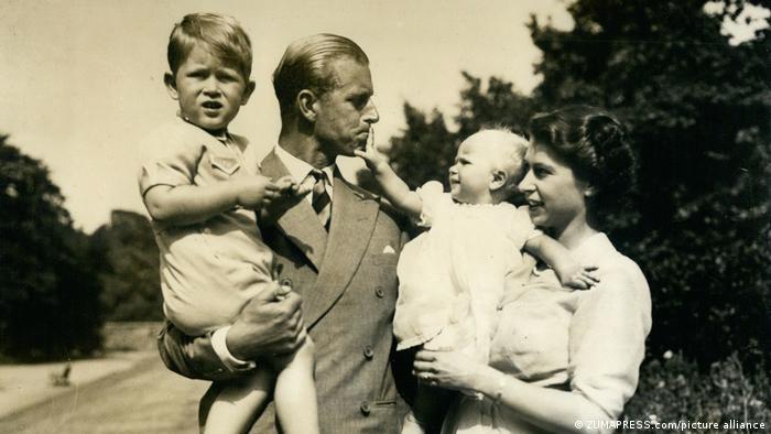 Queen Elizabeth II with Prince Philip and children in 1953 (picture alliance/ZUMAPRESS.com)