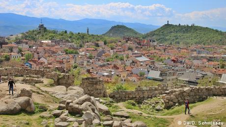 Също като Рим, Пловдив е изграден на седем хълма, но е значително по-стар от града край Тибър. Рим е само на 3000 години, докато Пловдив има зад гърба си цели осем хилядолетия. Траки, келти, римляни и османци са оставили следите си тук.