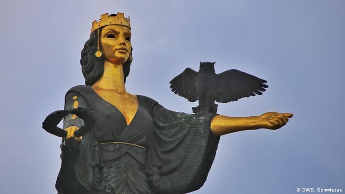 La estatua de Sofía en bronce es el emblema de la capital búlgara. Mide 8, 80 metros, pesa cinco toneladas y está compuesta de 160 piezas. Fue un obsequio del alcalde a la ciudad en 2001.
