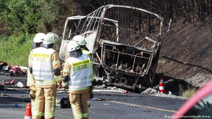 La Policía teme que 18 personas hayan muerto en el accidente, en Baviera. Hay al menos 30 heridos. En el autobús viajaban 48 pasajeros. El siniestro se produjo a primera hora de esta mañana cuando un autobús de viajeros chocó con un camión que estaba parado en una autopista debido a un atasco. A causa del choque, el autobús se incendió y quedó completamente calcinado. (3.07.2017)