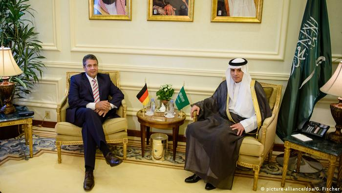 Saudi-Arabien Außenminister Sigmar Gabriel & Abdel bin Ahmed Al-Jubeir in Dschidda (picture-alliance/dpa/G. Fischer)