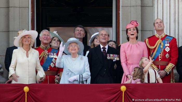 A família real britânica com a rainha e filhos e netos na sacada do palácio de Buckingham