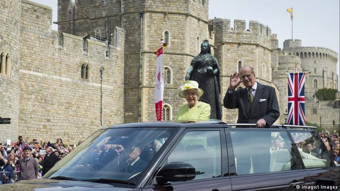Rainha Elizabeth e príncipe Philip em carro aberto
